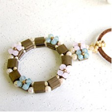 Tila Wreath Necklace, a free pattern from Miyuki